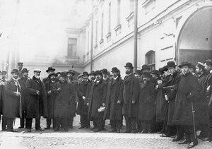 Группа депутатов Первой Государственной думы, осужденных на 3 месяца тюремного заключения за подписание Выборгского воззвания, во дворе тюрьмы.
