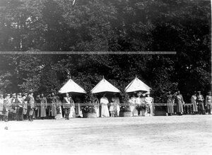 Император Николай II, цесаревич Алексей и члены императорской фамилии присутствуют на параде полков.