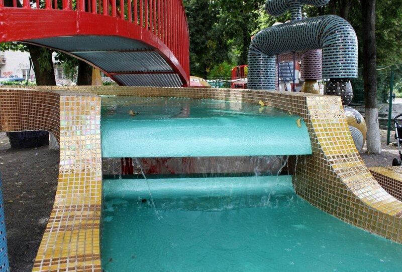 Водопад на детской площадке