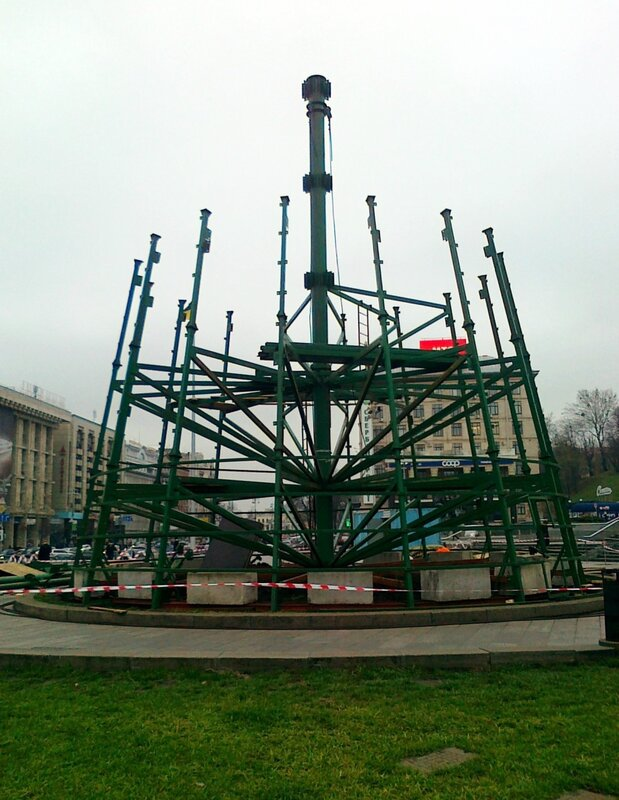 Возведение третьего яруса главной елки Киева