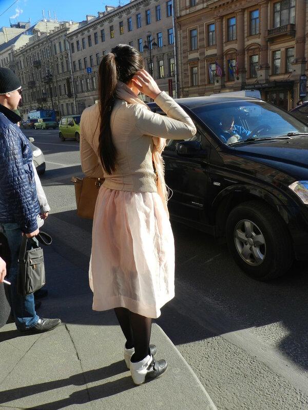 Женщины на улице в прозрачных юбках девушки старики фото