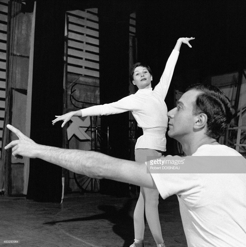 1956. Зизи Жанмер и Ролан Пети во время репетиции