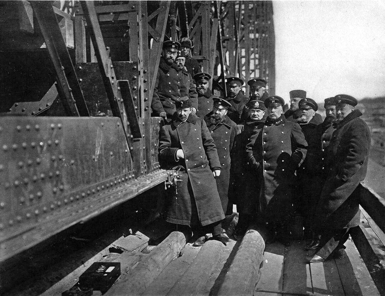Инженеры-железнодорожники на мосту через р. Обь.