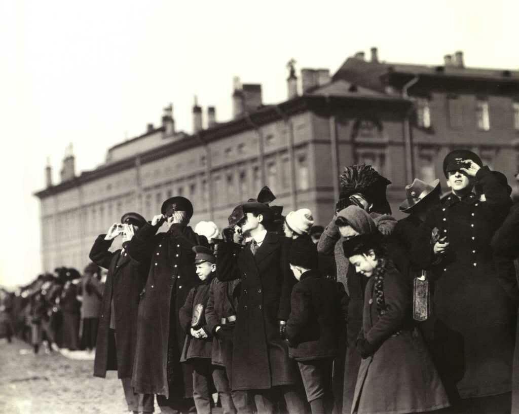 Жители Петербурга наблюдают солнечное затмение. 4 апреля 1912