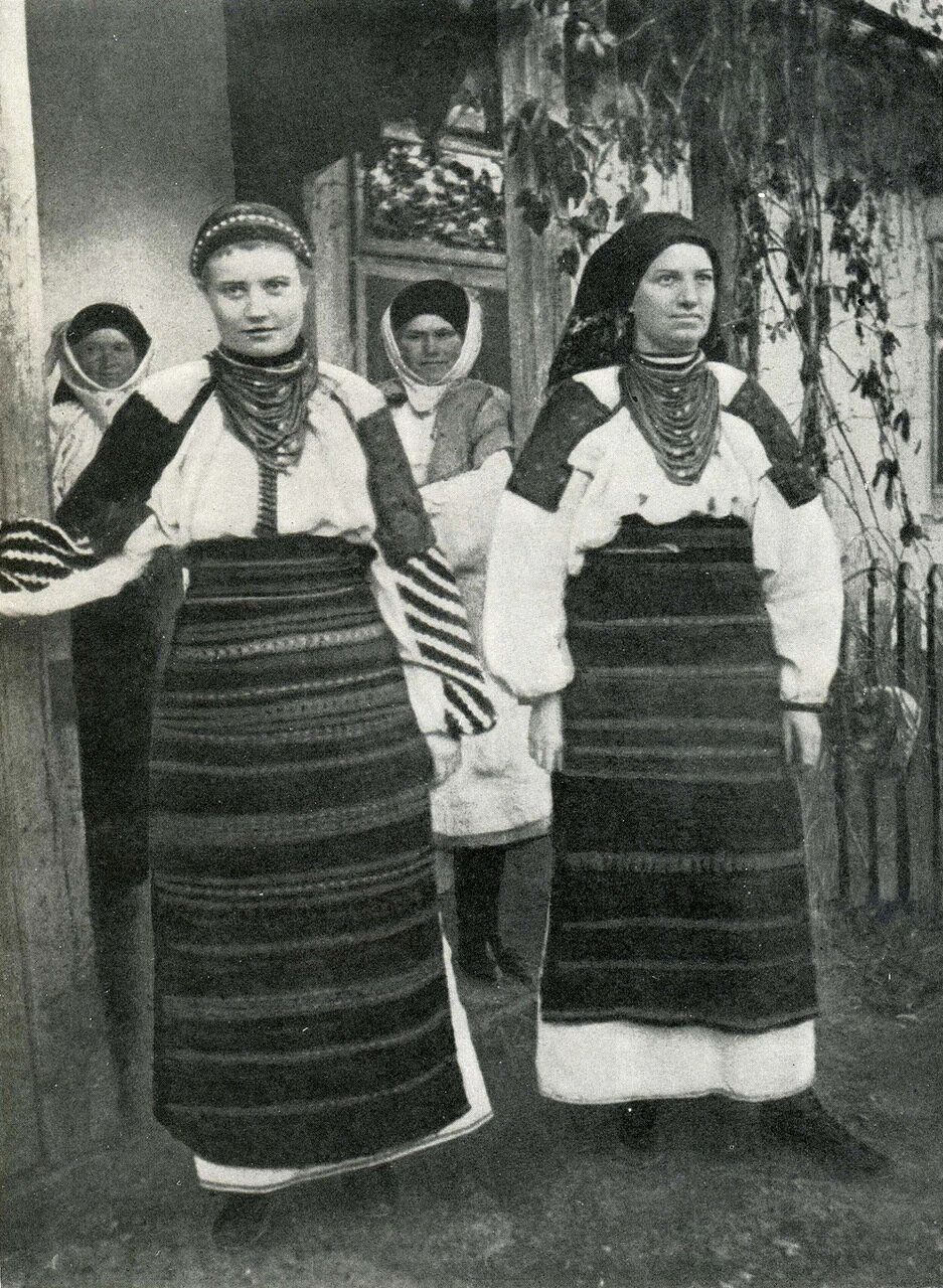 Девушка и женщина в летней одежде. Село Кривче Белобожницкого р-на Тернопольской обл.