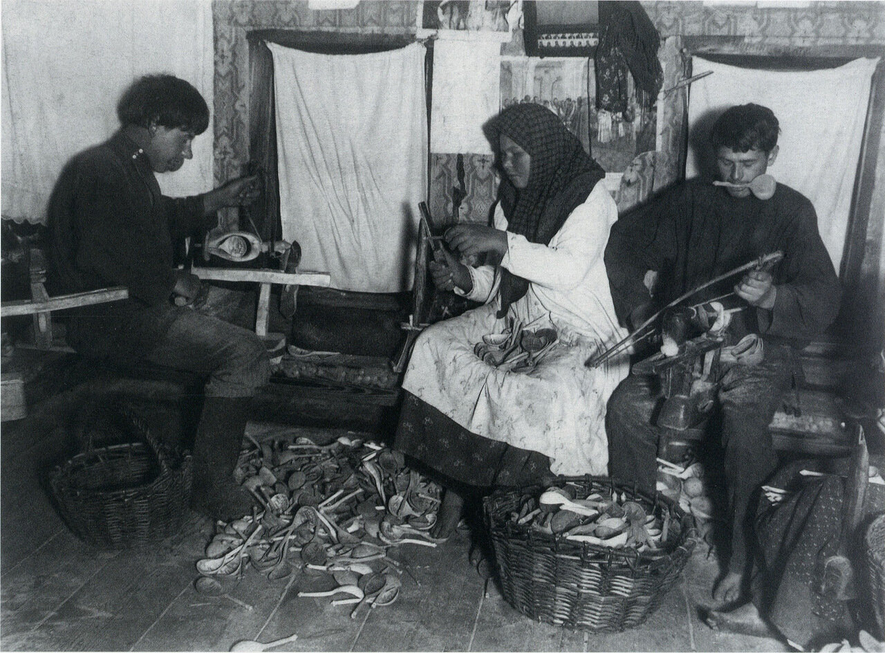Затачивание ложек. Деревня Дьяково Семеновского уезда Нижегородской губернии. 1900-е.