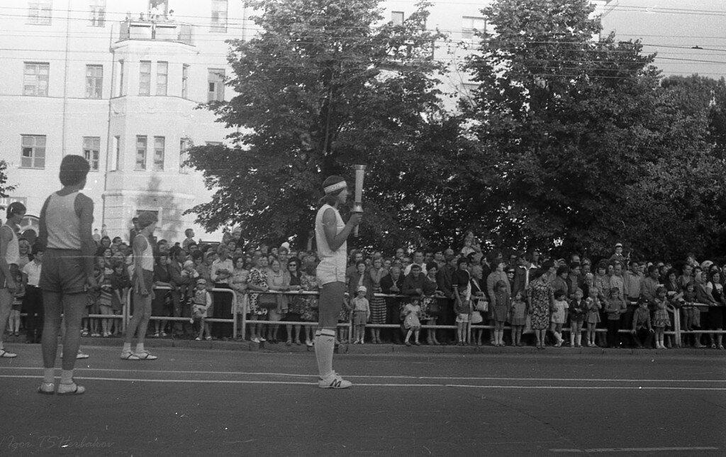 1980. Олимпийский огонь. Передача эстафеты на проспекте Ленина между 1 и 2 корпусами политеха