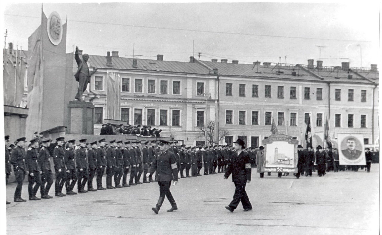 1950-е. Площадь Восстания перед началом демонстрации.