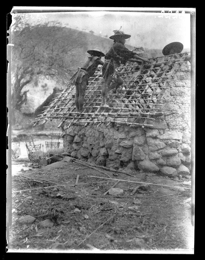 1895. Мужчины из племени Уичоли строят храм
