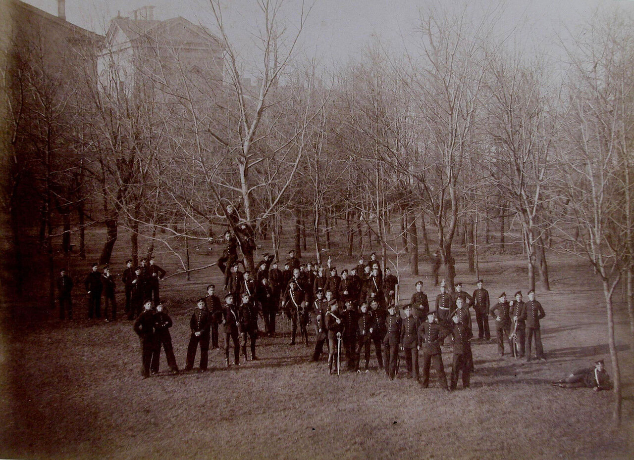 28. Группа воспитанников Пажеского корпуса в саду