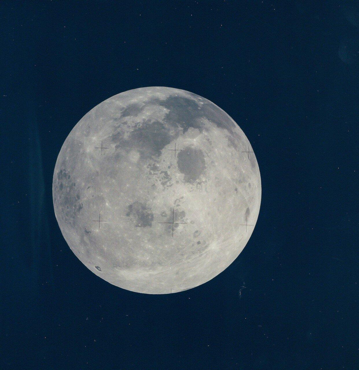 Третья ступень «Сатурна», по команде с Земли, тоже совершила манёвр: она была нацелена на поверхность Луны, примерно в 120 милях от места посадки предыдущей лунной миссии. На снимке: Полная Луна
