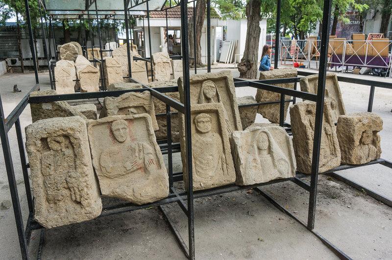 Коллекция погребальных досок и стелл