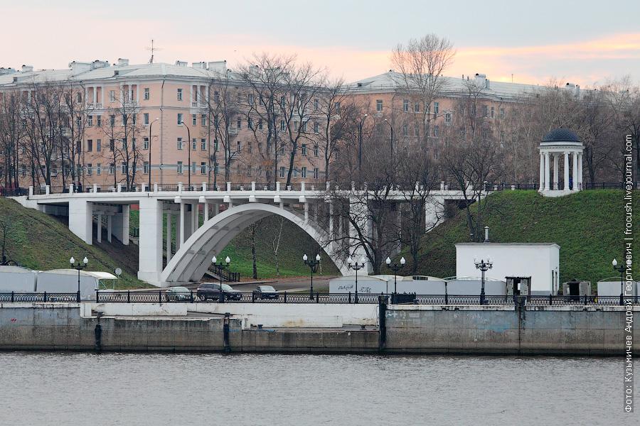Автомобильный мост над флотским спуском. Справа ротонда