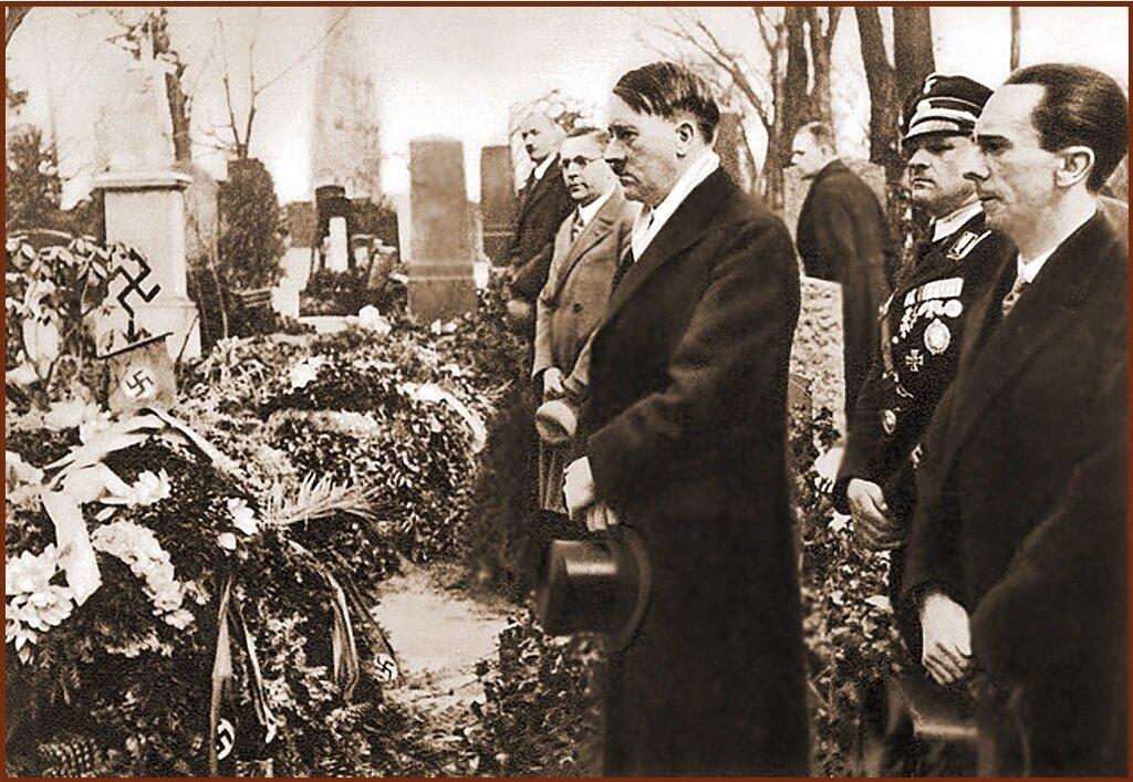 Гитлер и Геббельс, за два дня до открытия нового парламента, посетили показушную церемонию посвящённую жертвам.  21 марта, 1933-го года, Берлин. Луизенштадтское кладбище
