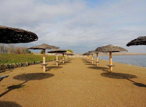 Пляж осенний отдыхает