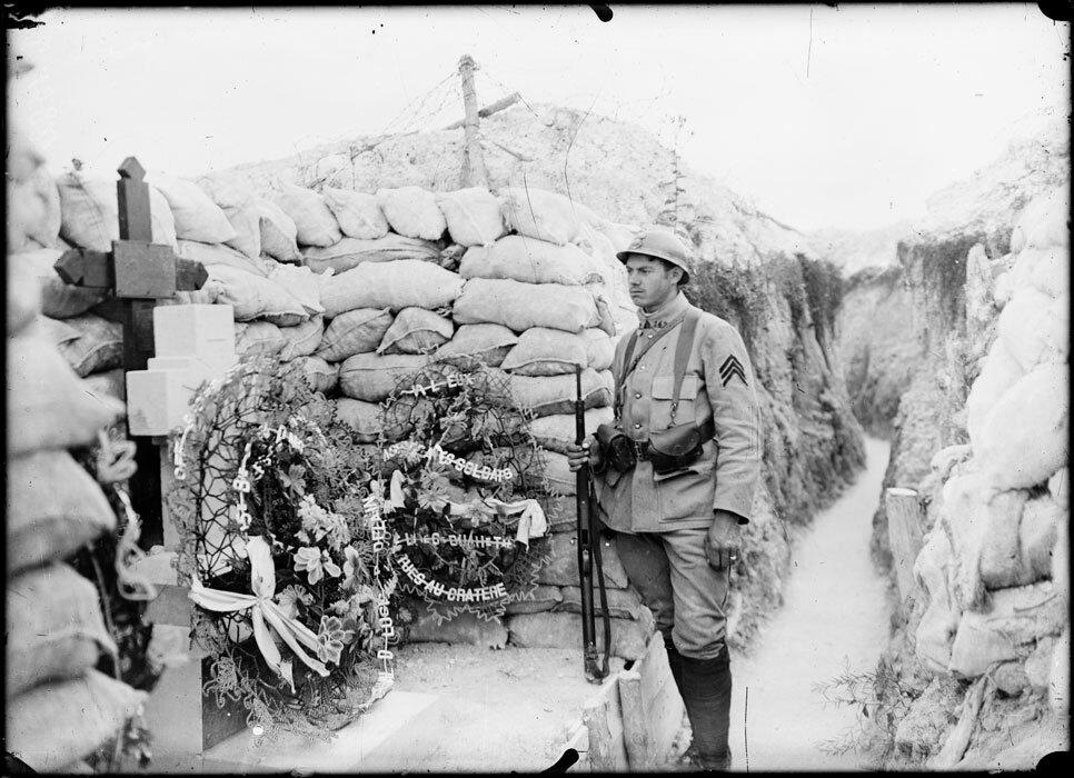 Dans la rуgion de Massiges dans la Marne, au lieu dit  du Cratуre , une tombe marque l'emplacement oг deux soldats franсais ont ete tues lors d'une fusillade. Arme d'un mousqueton Berthier modele 1916, ce sergent, qui appartient au 142e regiment d'infante
