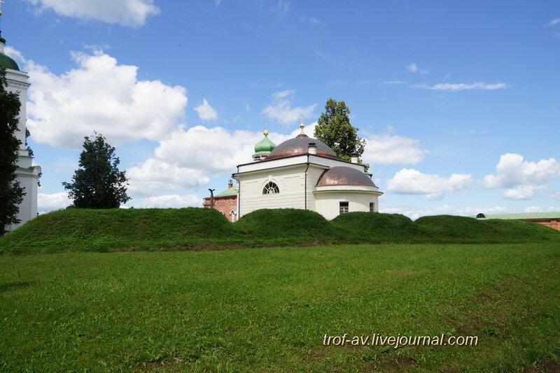 Спасо-Бородинский женский монастырь, церковь Спаса Нерукотворного и редан Багратионовских флешей