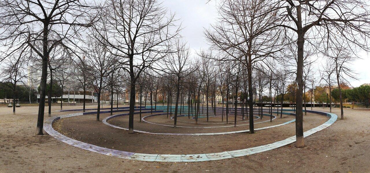 Барселона. Северный вокзал. парк Беверли Пеппер. Спираль  ветвей. spiral of trees sculpture. panorama. beverly pepper's. parc de estació del nord, Barcelona