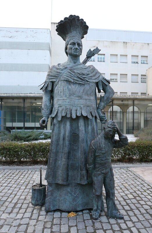 Реус.Маршрут модерна. статуя Индеейца