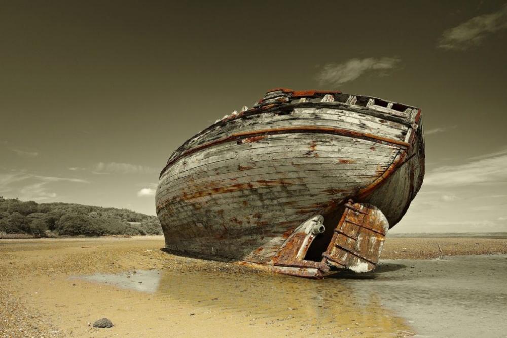 Этот рыбацкий корабль удивительно хорошо вписывается ванглийский сдержанный пейзаж. Кажется, онсто