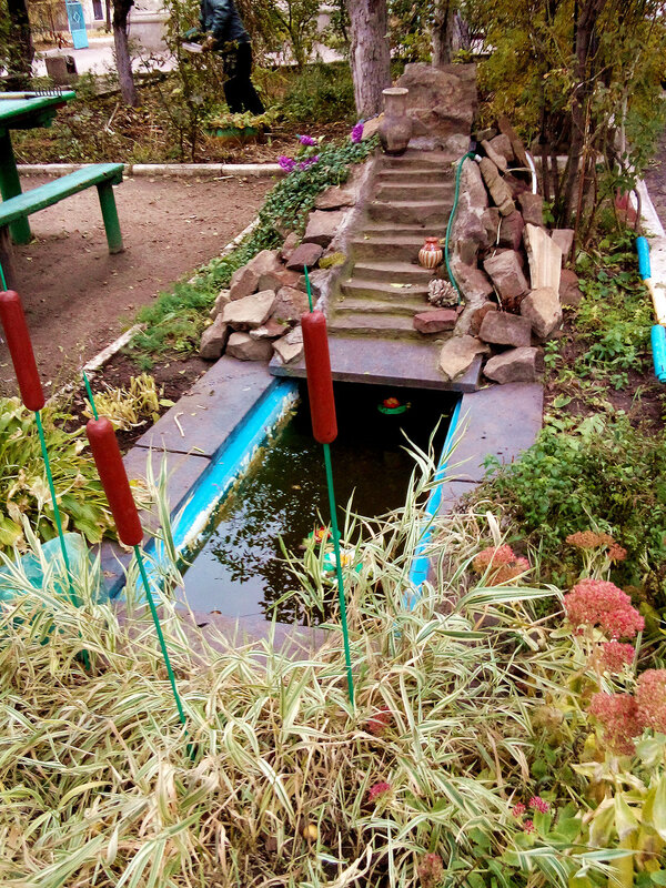 Обычный луганский двор-бассейн.jpg