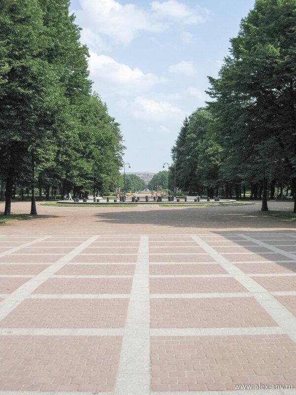 Московский парк Победы. Аллея Героев, вид от главного входа в парк.