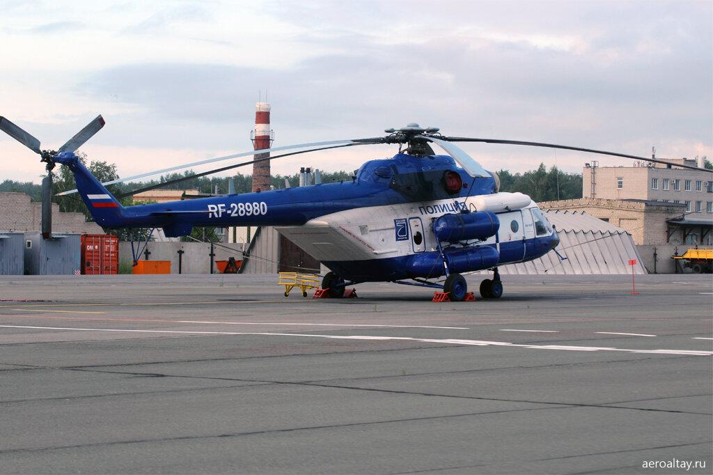 Вертолёт полиции в аэропорту Барнаула