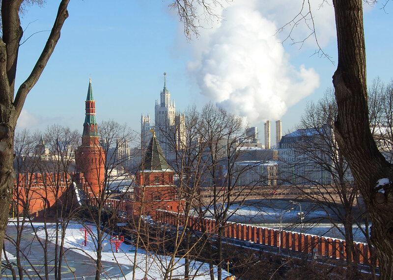 Москва.  Вид через речку.
