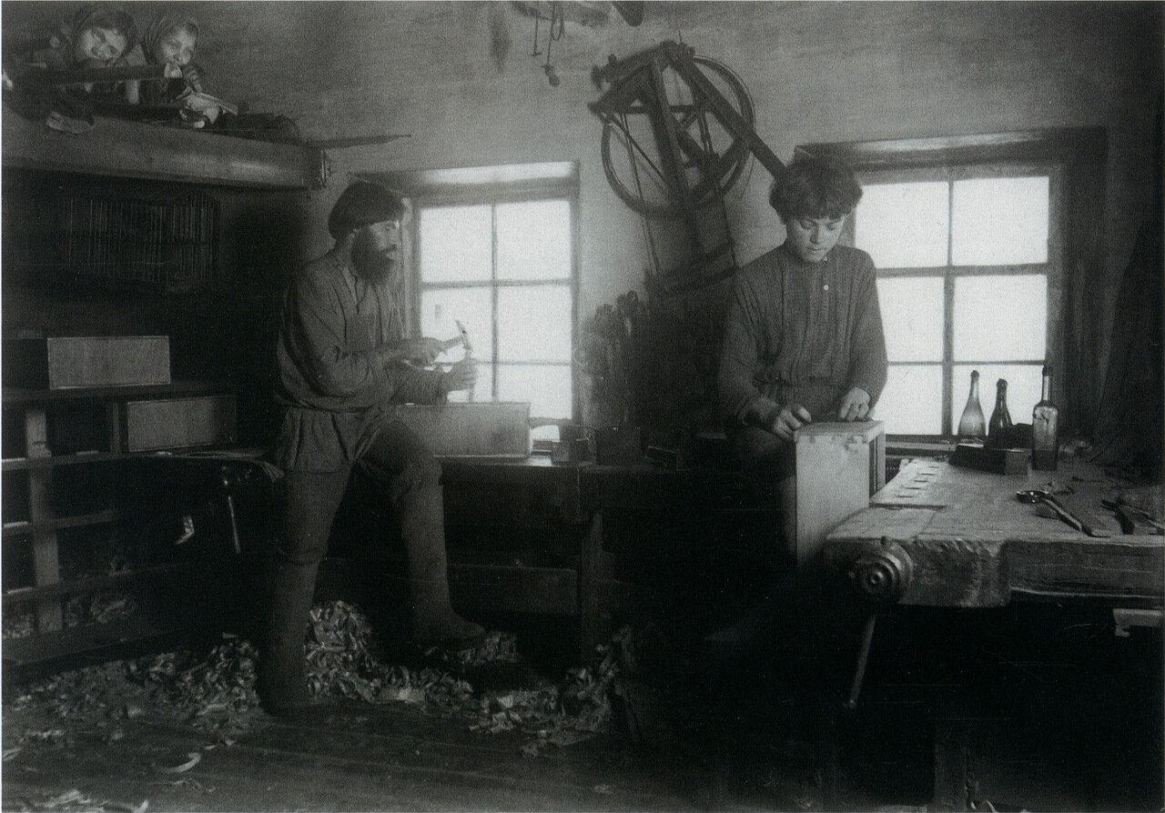 В столярной мастерской. Деревня Сивухино. 1900-е.