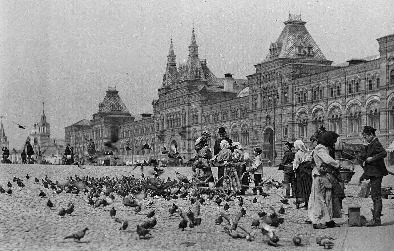 Вид на Верхние торговые ряды с Красной площади.