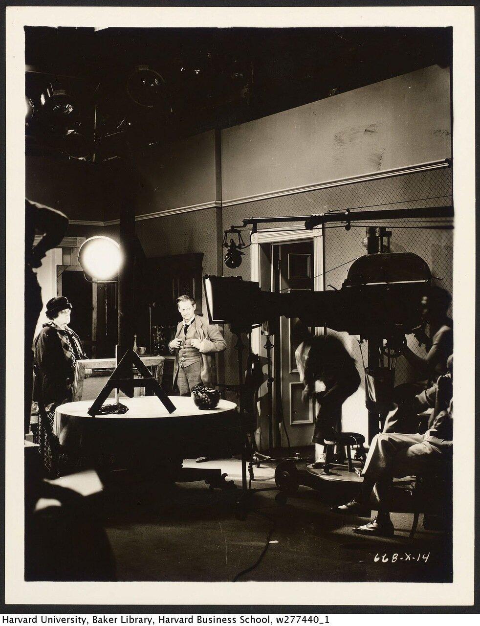 1933. Мария Дресслер и Лайонел Берримор на съемочной площадке «Обед в восемь»