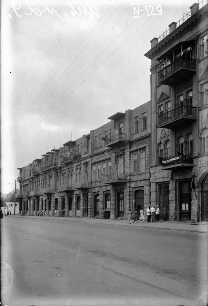 1930. ул. Свободы (Биржевая - У.Гаджибекова). Вдали угол дома на перекрестке с ул. Лейтенанта Шмидта