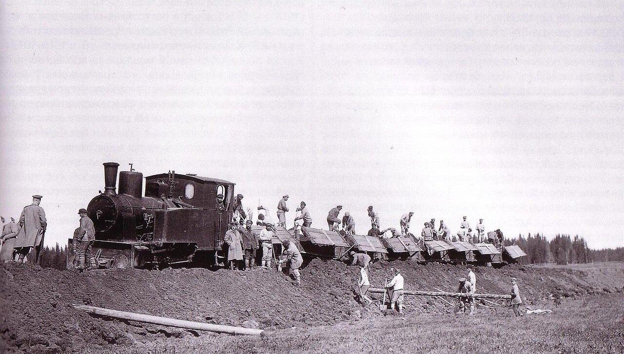 1926. Узкоколейный паровоз на работах по отсыпке земляного полотна