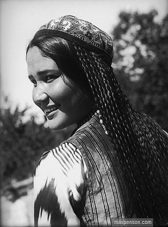 Девушка узбечка в национальном платье