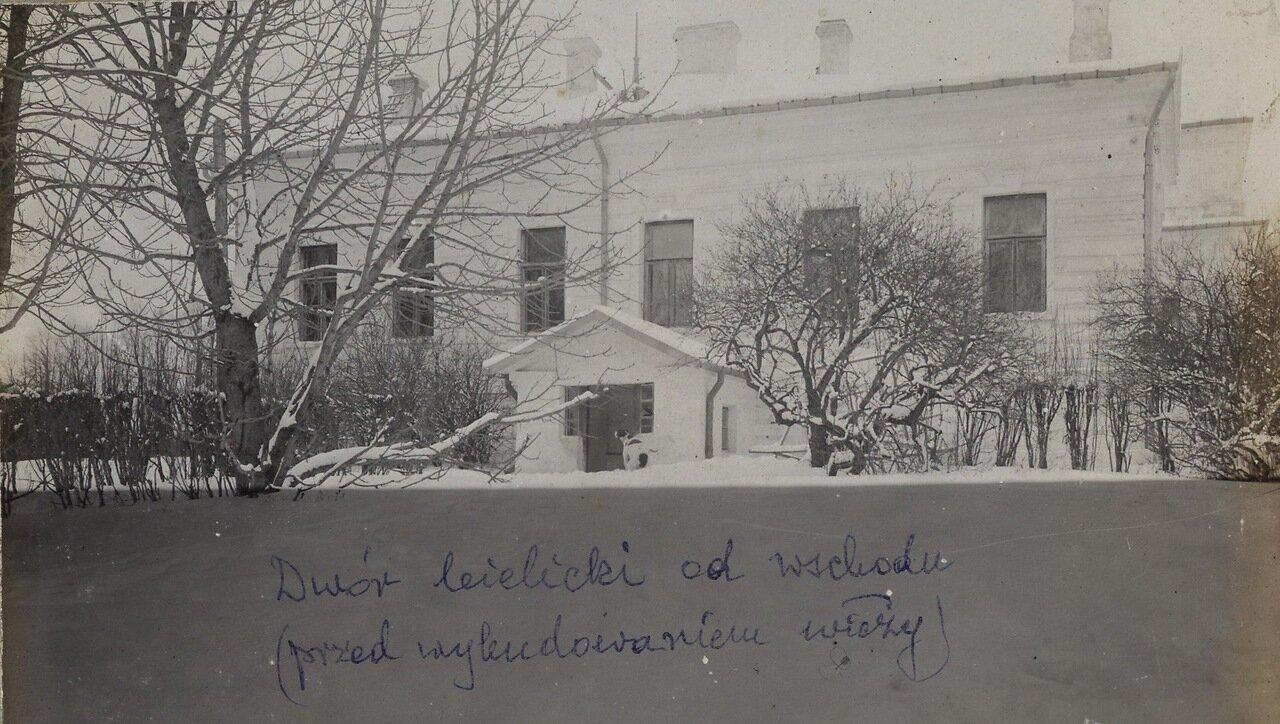 Одно из зданий поместья