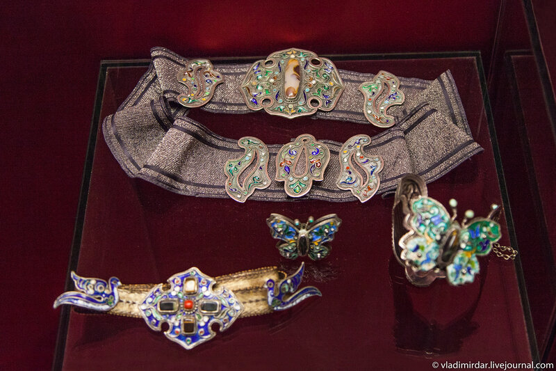 Женский пояс. Манаба Магомедова. 1961. Серебро, галунная ткань, агат; эмаль по скани. Частное собрание.