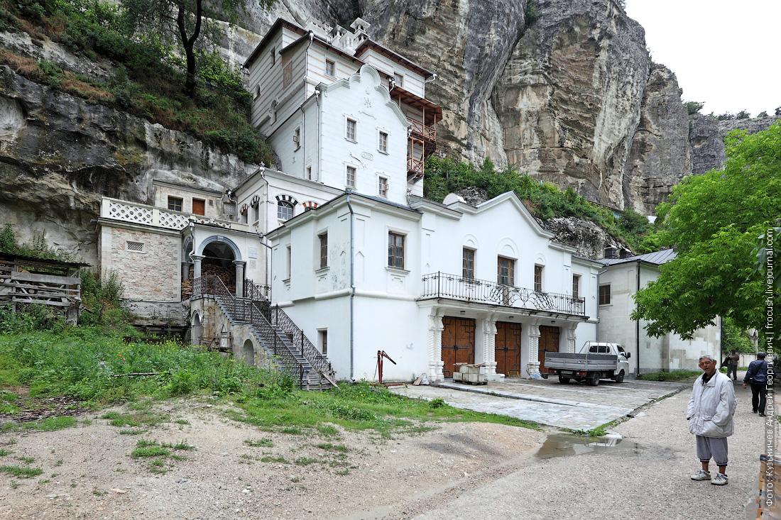 Свято-Успенский пещерный монастырь дом настоятеля монастыря
