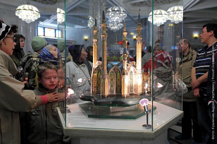 уменьшенная (1:80) модель мечети Кул Шариф, выполненная ювелирами из драгоценных металлов