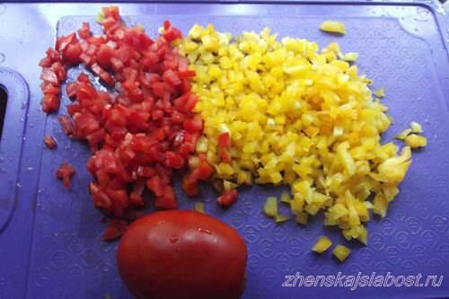 помидоры и болгарский перец мелко режем