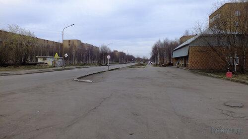 Фотография Инты №4451  Улица Мира в восточном направлении (в сторону площади) в районе Мира 35 25.05.2013_18:34