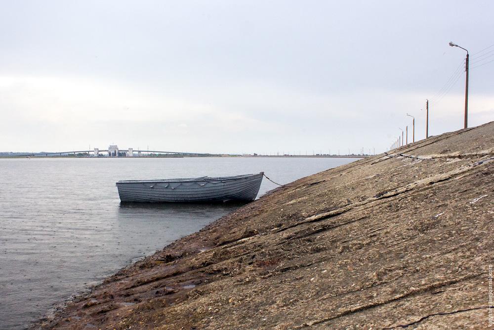 лодка у дамбы