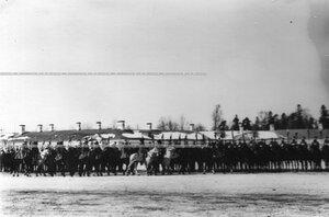 Император Николай II объезжает строй полка во время парада.