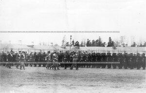 Император Николай II производит смотр войскам, выстроившимся для парада.
