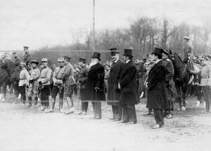 Союзные министры и иностранные атташе на параде войск.