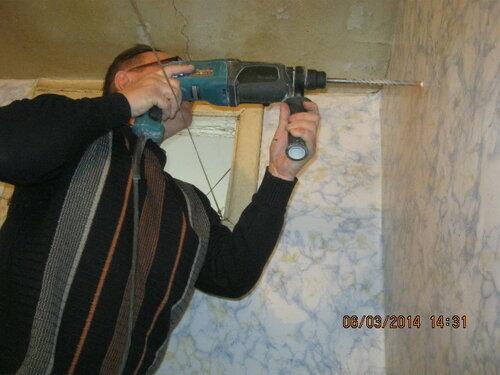 Для водонагревателя в стене сверлим отверстия для анкеров
