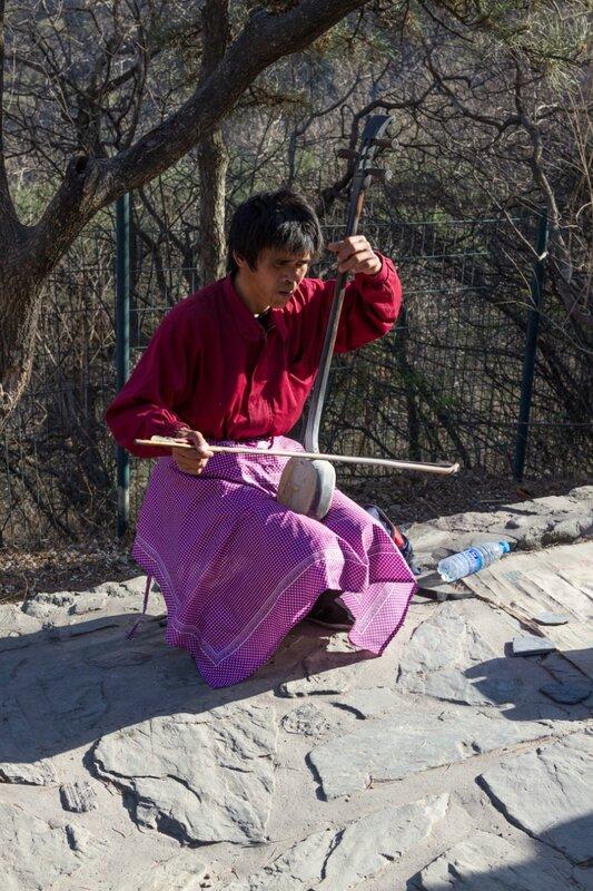Музыкант играет на эрху, парк Сяншань, Пекин