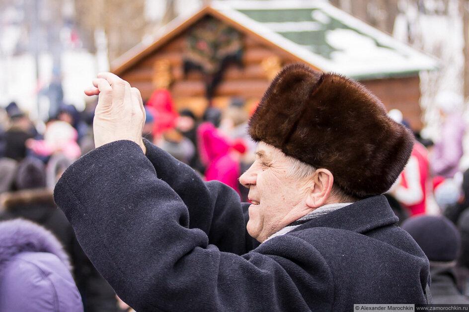 Мужчина фотографирует компактным фотоаппаратом