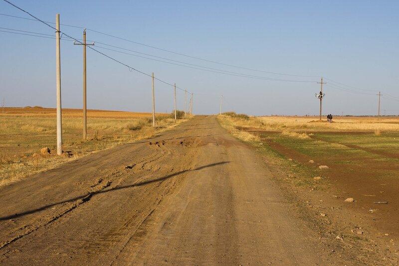 дорога в полях во внутренней монголии, китай