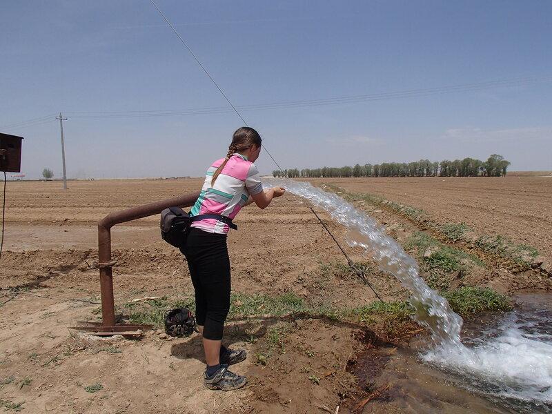 поливалка на поле с чистой водой