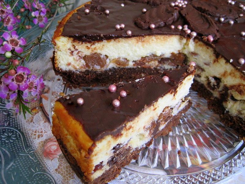 Творожный пирог с изюмом и шоколадом